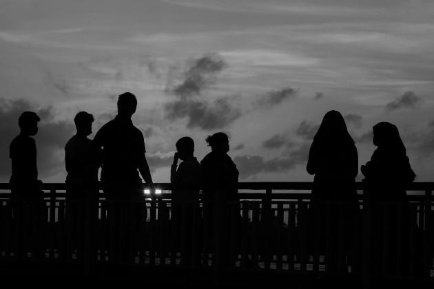 En el ambiente familiar, genera una tensión que puede ocasionar violencia, producto del mal manejo de la frustración y las emociones. Foto: EFE.