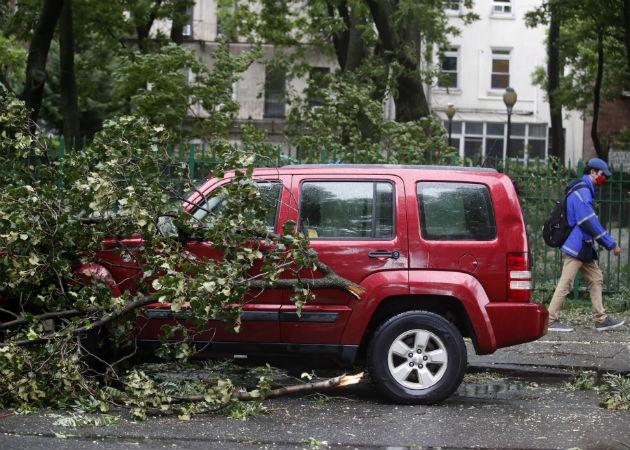La víctima mortal estaba en el interior de su vehículo en el distrito de Queens cuando un árbol cayó sobre él. Fotos: EFE.
