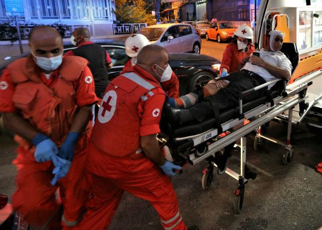Paramédicos movilizan a un herido en la explosión del hospital de Najjar a otro hospital en Al-Hamra. Fotos: EFE.