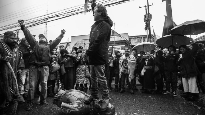 La muchedumbre, está llena de rabia, miedo, y su forma de protestar es destruyendo lo que piensa fue construido por los que tienen la culpa de lo que está pasando. Foto: EFE.