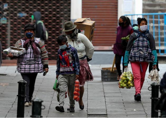 La explosión se produce en el marco de la pandemia, donde la mascarilla es la tónica entre la población en Quito. Foto: EFE.