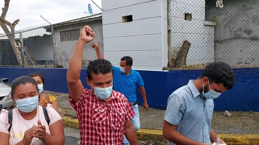 El joven, que vestía con una camisa color celeste, salió de los predios de la Policía Nacional en medio de aplausos de sus familiares y amistades.