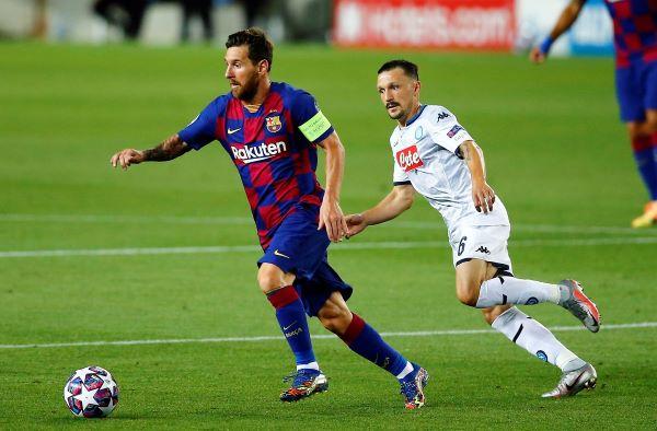 Messi conduce el balón ante el acecho de un jugador del Nápoles. Foto:EFE