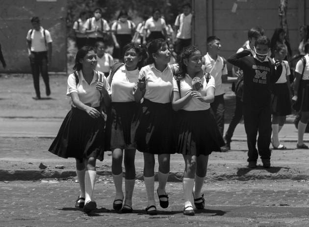 Una educación verdaderamente pública y democrática tiene que enseñar a los distintos grupos sociales a reconocerse, a desmontar prejuicios mutuos, a socializar, convivir, emancipar y cooperar. Foto: EFE.