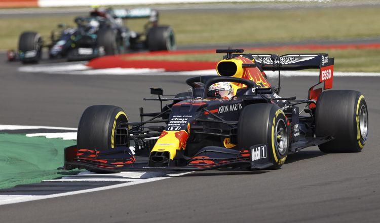 Max Verstappen empleó una mejor estrategia con sus neumáticos, que al final le permitió cosechar los frutos. EFE