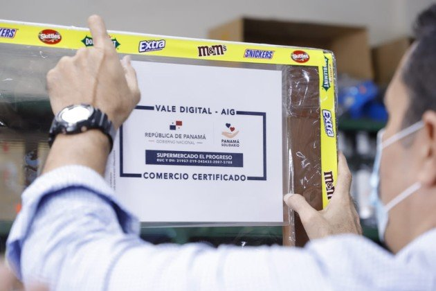La dinámica del canje del Vale Digital en las abarroterías inicia cuando el dependiente escanea la cédula del ciudadano para cobrar del saldo disponible, los productos adquiridos en la tiennda. La aplicación no permite digitar el número.