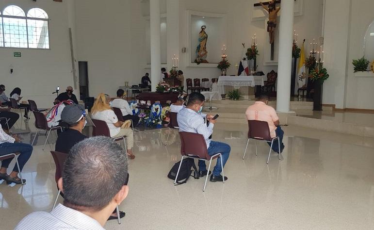 Durante la misa.