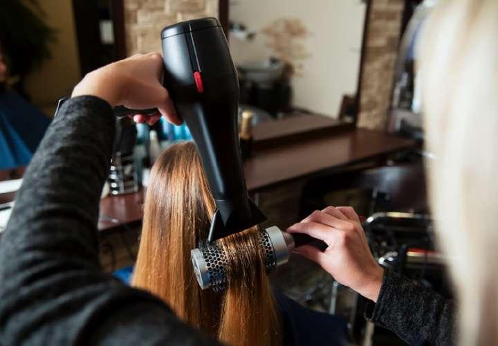 Será de carácter obligatorio el uso de mascarillas, no podrán darse aglomeraciones ni dentro ni fuera del salón de belleza o de las barberías.