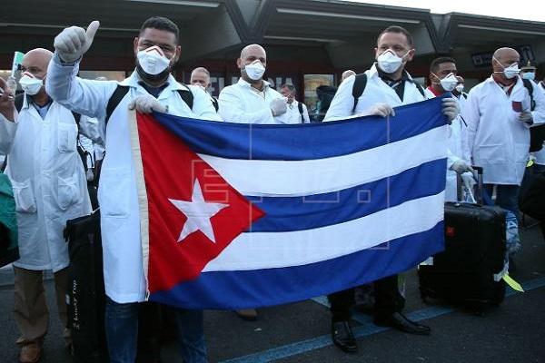 Los médicos cubanos han brindado ayuda en diferentes países.