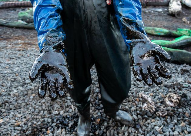 En la bodega del granelero quedaban 166 toneladas métricas de crudo por bombear. Fotos: EFE.