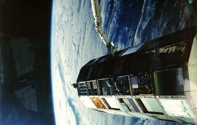 La Agencia Espacial Europea (ESA) es la primera que ha decidido desarrollar una misión de limpieza espacial, y el pasado mes de octubre encargó a una empresa emergente suiza con el apropiado nombre de ClearSpace el diseño del primer aparato con este propósito, que la Unión Europea espera lanzar hacia 2025.