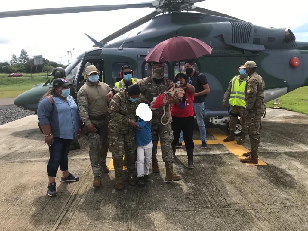 Los pequeños fueron trasladados este domingo por el Servicio Nacional Aeronaval a la estación Aérea Mayor Azael Adames. FOTO/CORTESÍA SENAN