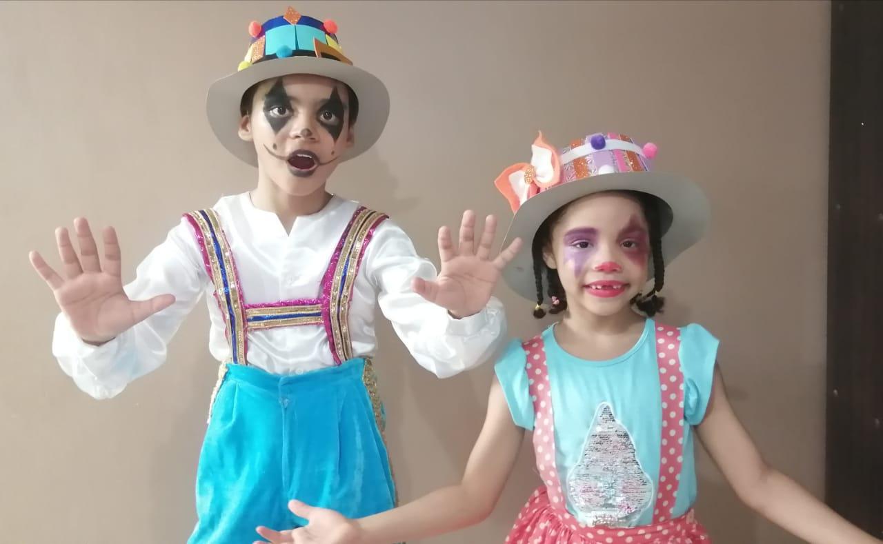 Los niños se divierten y actúan en las clases virtuales del teatro.