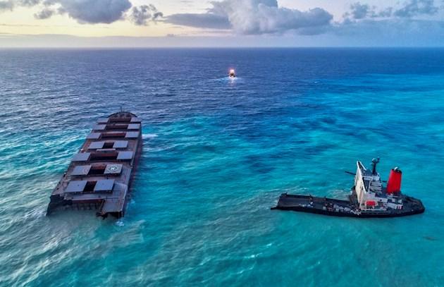 La zona ahora abnegada de petróleo es una región de arrecifes de coral -que llevaban unos quince años rehabilitándose-, así como un área rica en diversidad marina y terrestre, con importantes reservas naturales a pocos kilómetros.