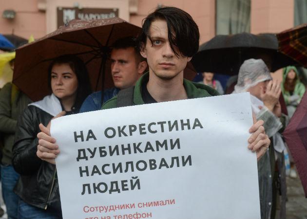 Bielorrusos protestan contra contra la brutal represión policial en las protestas opositoras. Fotos: EFE.