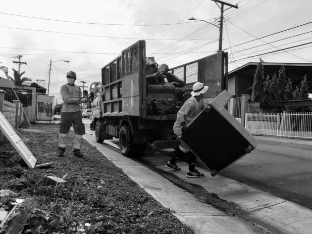 Los recolectores de basura, están expuestos a residuos contaminados por el virus, pues no se han dado aún directrices claras, al ciudadano común, sobre la correcta separación e identificación de mascarillas usadas. Foto: Cortesía.