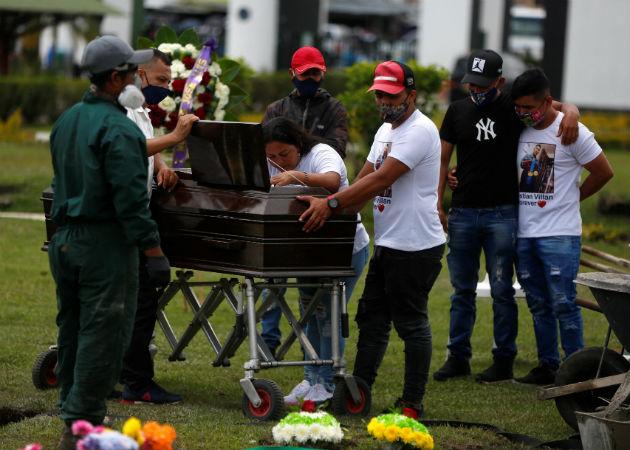 Familiares y amigos despidieron este martes en Popayán (suroeste) a tres de las seis víctimas de la masacre. Fotos: EFE.