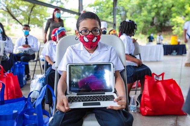 El Gobierno Nacional hizo entrega de tabletas a estudiantes de algunos colegios de San Miguelito.