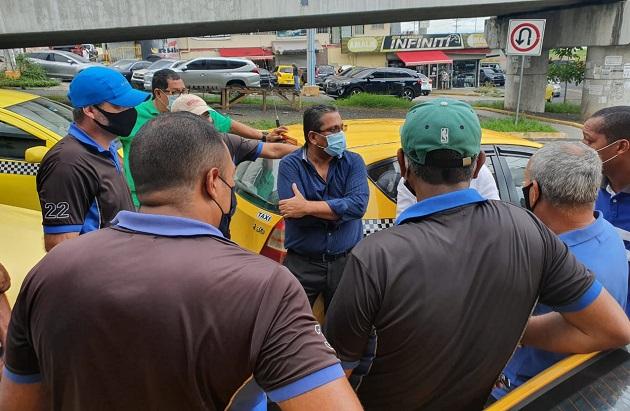 El director de la ATTT, Miguel Martínez (centro), conversó con los taxistas sobre la medida restrictiva para operar.