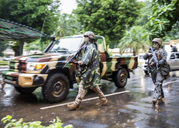 Las operaciones militares siguen en curso en la zona del ataque terrorista. Fotos: EFE..