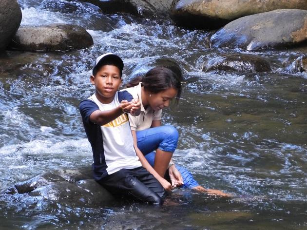 Omar Navarro y Kaithy Castro disfrutan de las aguas del río Juan Díaz. Foto cortesía Sociedad Audubon de Panamá.