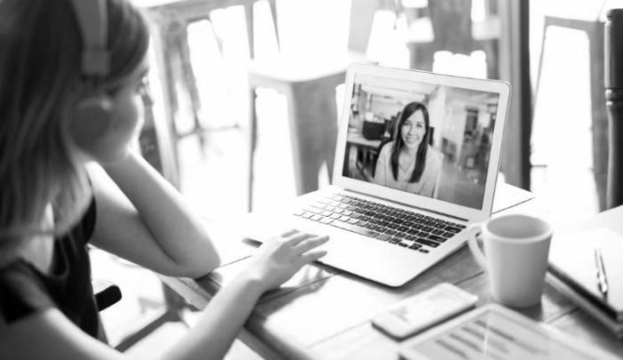 Se desarrollaron clases a distancia a través de la elaboración de módulos de autoinstrucción, apoyados en plataformas digitales y la digitalización de contenidos. Foto: EFE.
