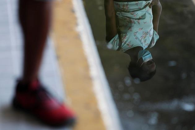Una mujer hace fila en Panamá para realizarse una prueba de hisopado para detectar la COVID-19. Foto EFE