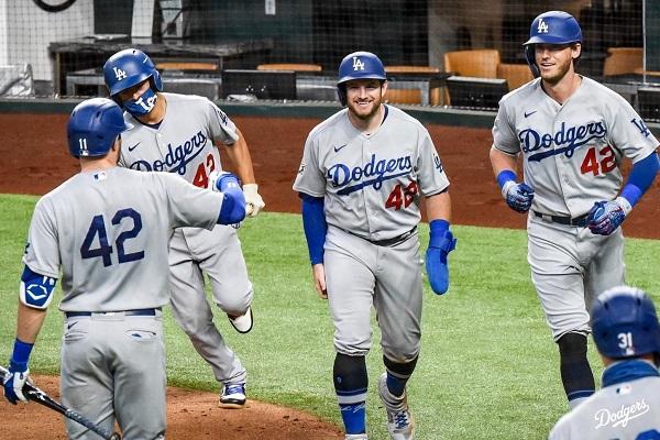 Jugadores de los Dodgers festejan. Foto:@Dodgers
