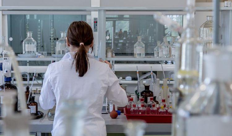 Las mujeres científicas están fuera de los puestos de liderazgos. Pixabay