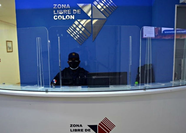 En las oficinas administrativas se han colocado pantallas acrílicas. Fotos: Diómedes Sánchez S.