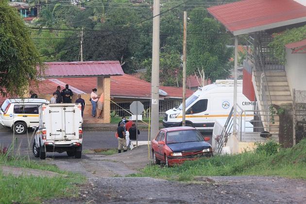 Vecinos de la Calle Chiriquí, aseguran haber escuchado detonaciones de arma de fuego en horas de la madrugada y luego un fuerte estruendo, ya que el vehículo se estrelló con un poste del tendido eléctrico.