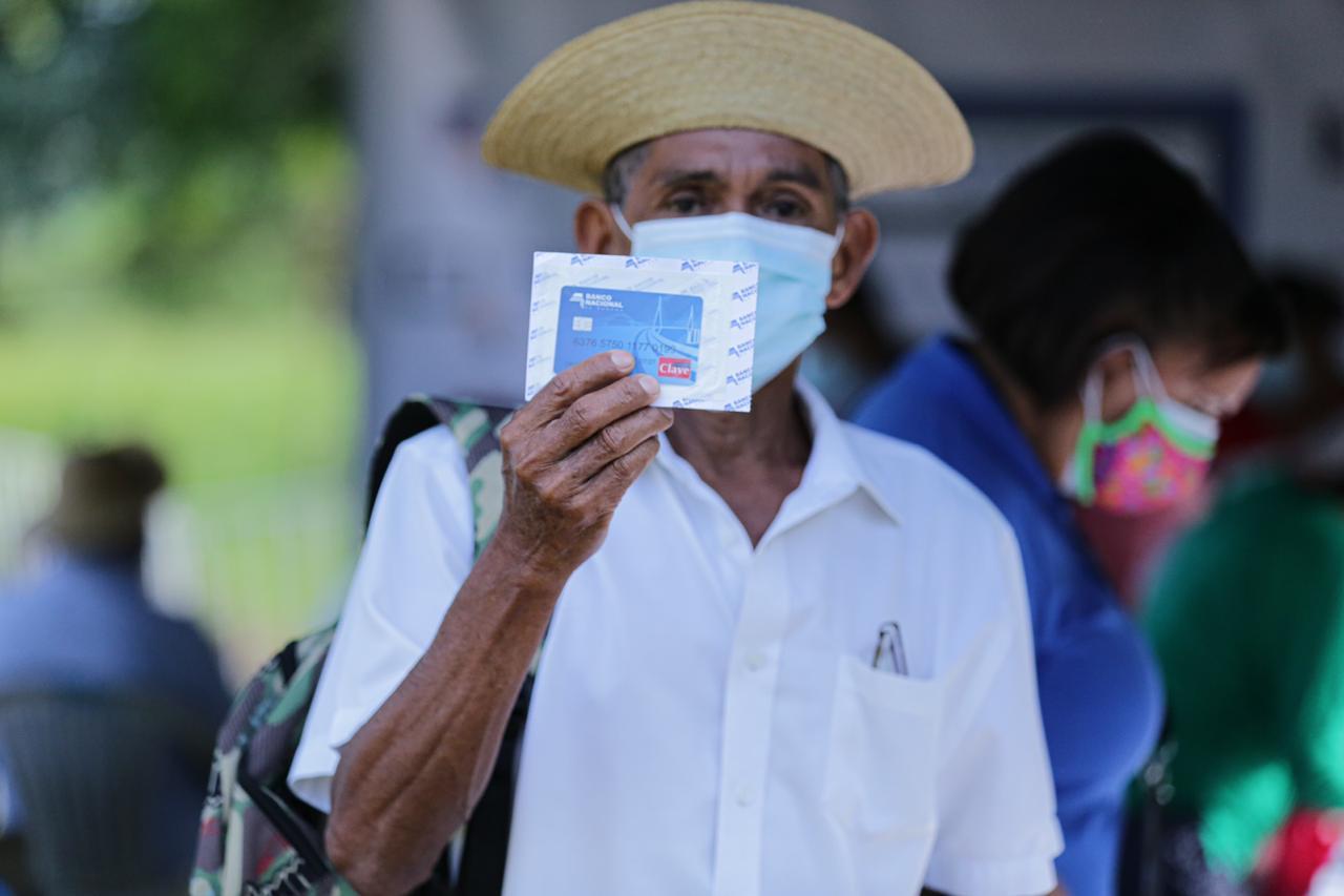 Beneficiarios en Cirí Grande recibieron hoy la tarjeta clave social. Foto cortesía