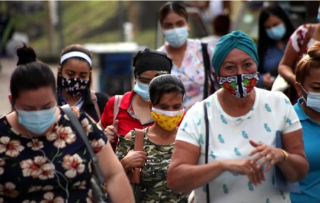 Mascarillas quirúrgicas y de telas son las que más usa la población en las calles panameñas, como medida para evitar el contagio de COVID-19.