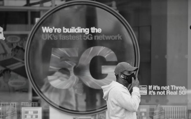 No todos los dispositivos móviles son compatibles con las redes 5G. En el mercado, un teléfono inteligente con 5G, tiene un precio base de $900, aproximadamente. Foto: EFE.