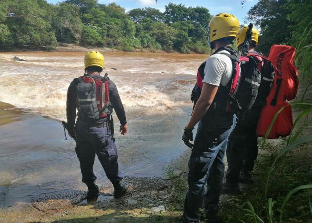 Los socorristas iniciaron la búsqueda por la ribera del río La Villa. Fotos: Thays Domínguez.