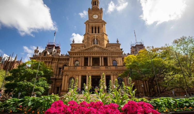 Ciudad de Sidney en verano ante el ayuntamiento.