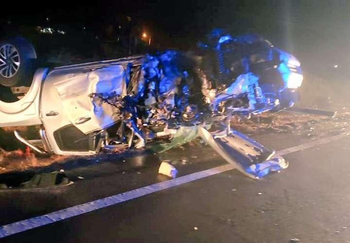 Dos autos tipo pick up colisionaron, y hubo dos personas heridas.