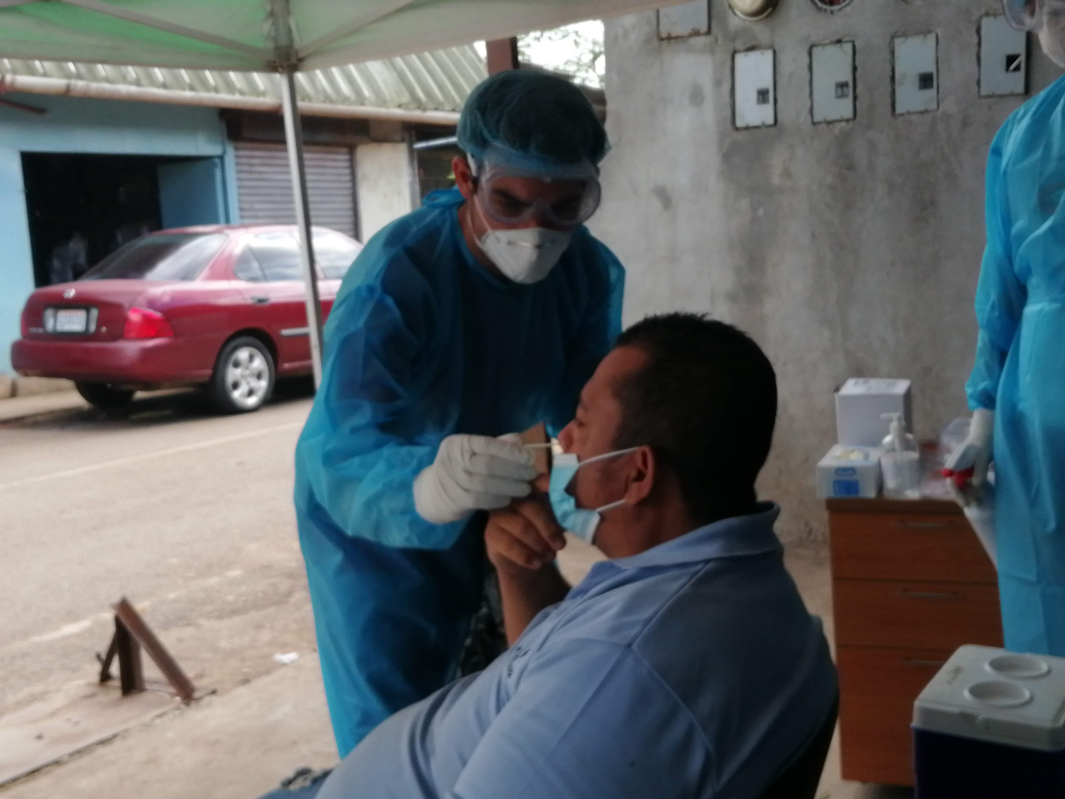 Se realizaron varios hisopados en el área del Mercadode Abastos de La Chorrera, para buscar los casos positivos. FOTO/ERIC MONTENEGRO.