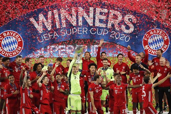 Manuel Nauer levanta el título de la Supercopa de Europa. Foto:EFE