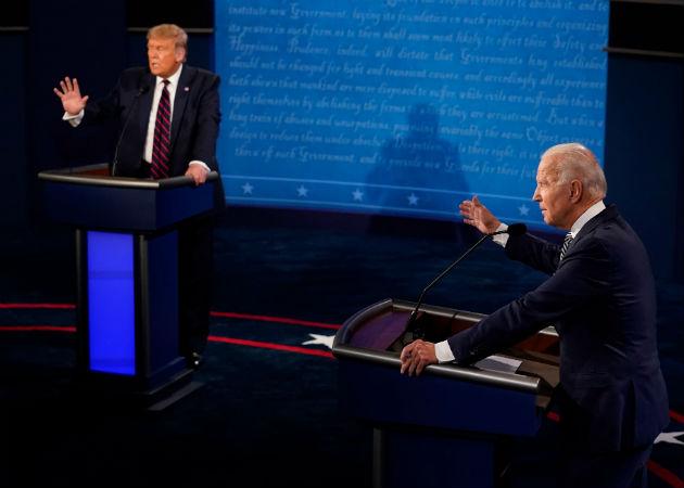 Trump y Biden debatieron desde sendos podios situados a una distancia superior a la habitual debido a la COVID-19. Fotos: EFE