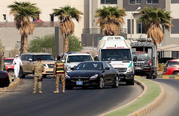 La televisión estatal de Kuwait mostró imágenes del aterrizaje del avión en el que viajó el cuerpo del difunto emir en el aeropuerto internacional de la capital.