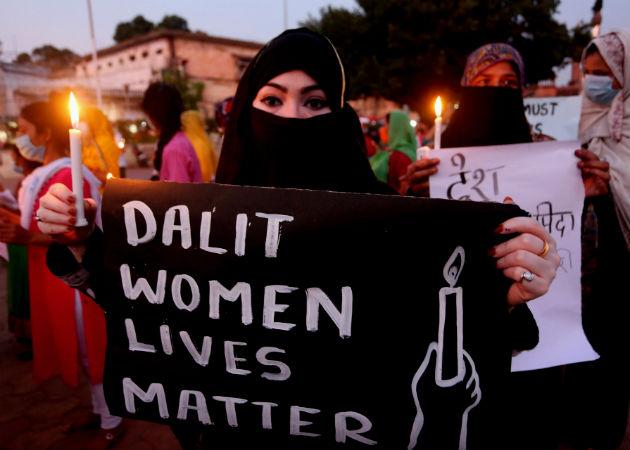 Activistas protestan en Bhopal, India, por la múltiple violación de la joven miembro de la comunidad