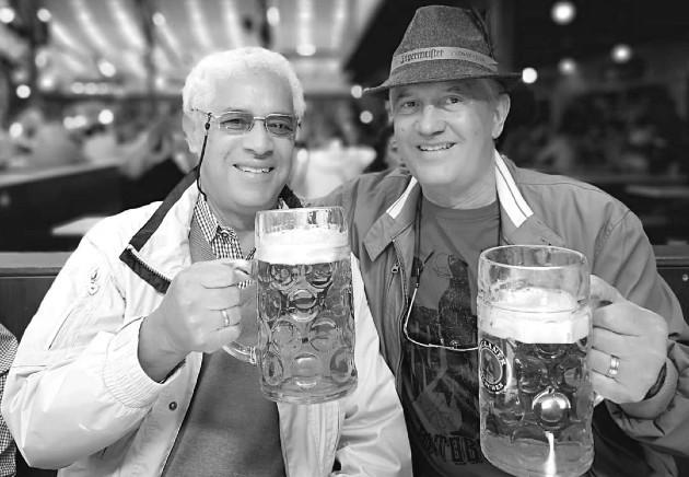 De izquierda a derecha, Ayax Vásquez, el panameño residente en Alemania, junto a su amigo Jaime Figueroa. Foto: Cortesía del autor.
