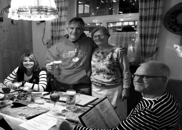 De izquierda a derecha, sentada, Mayín, esposa de Jaime Figueroa, quien abraza a la propietaria del restaurante, Gasthaus Adlerkeller, en Kaufbeuren y Heinz Dieter Ritzau, amigo de Figueroa.