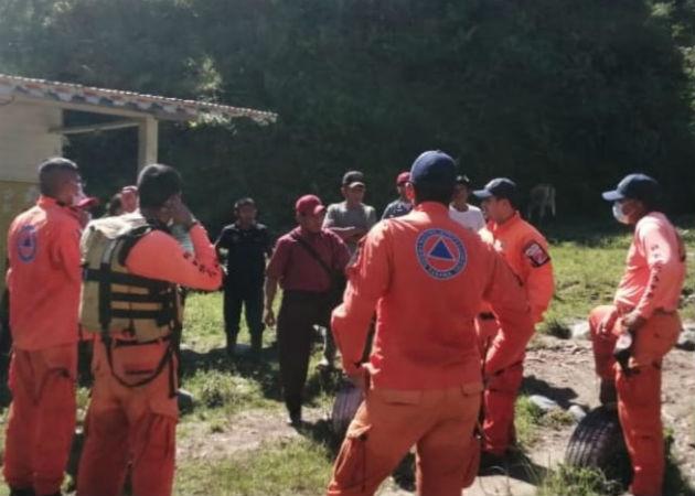 Personal de Sinaproc recuperó el cadáver del joven. Foto: Mayra Madrid.