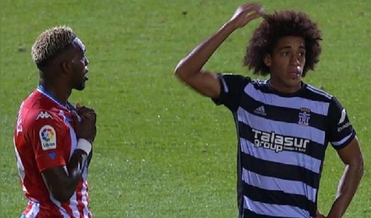 José Luis Rodríguez (izq.) y Adalberto Carrasquilla intercambiaron camisetas al final del partido. Cortesía