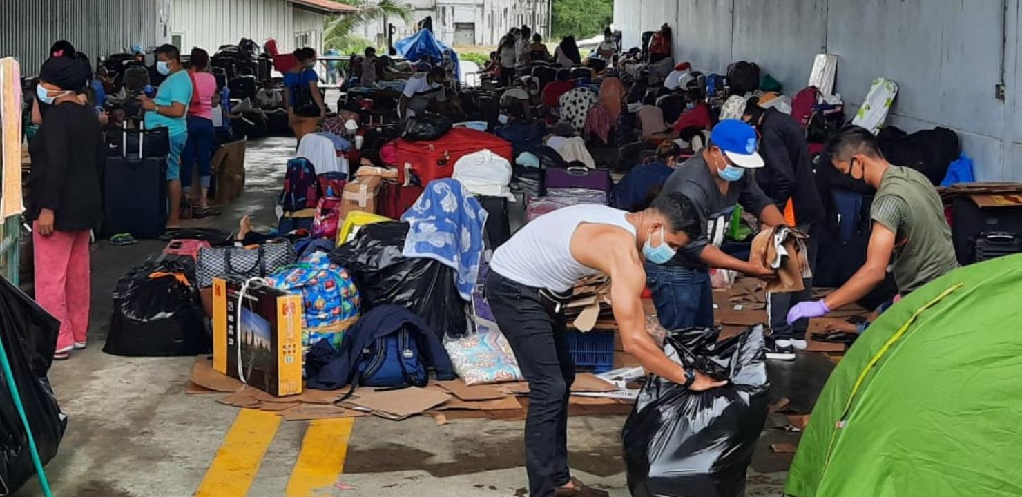 El grupo de nicaragüenses se encuentran en el hangar de migración en una situación complicada por la falta de recursos. FOTO/MAYRA MADRID