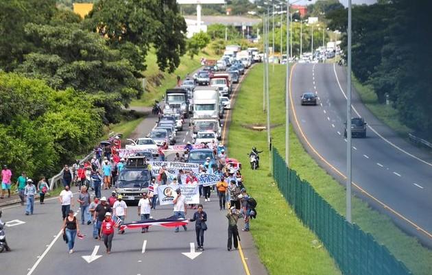 Esta mañana la vía se mantenía cerrada con algunos vehículos, pero posteriormente llegaron tres caminones de volquete que arrojaron tierra en el carretera lo que impide el paso desde y hacia Costa Rica.