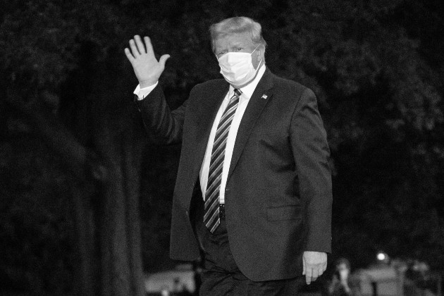 Por la situación creciente de la COVID-19 en Estados Unidos, Trump tuvo que cambiar de opinión frente al virus, todavía su opinión sobre la enfermedad continúa siendo una amenaza contra su propio país. Foto: EFE.