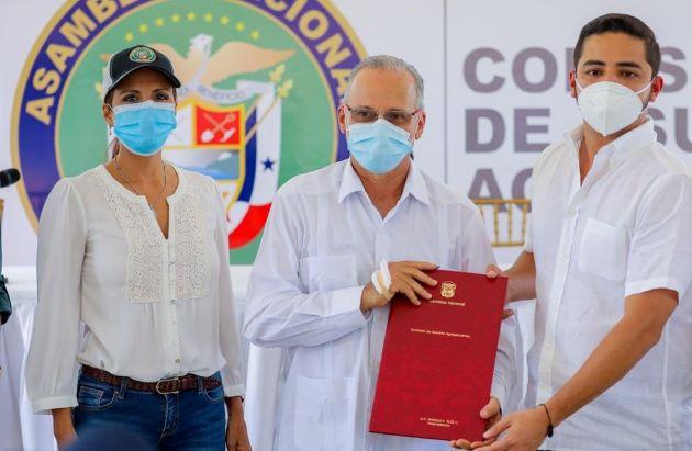 De acuerdo con el diputado Julio Mendoza (dcha.), con este proyecto de ley se pretende crear más inversión y el establecimiento de agroparques, dándole valor a los productos panameños.